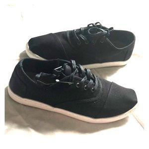 Black Toms cordones slip-ons